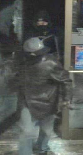 Suspects s'introduisant par effraction dans la station-service Esso de la rue Smith, à Petitcodiac, le 8 décembre 2014, vers 1 h 30.