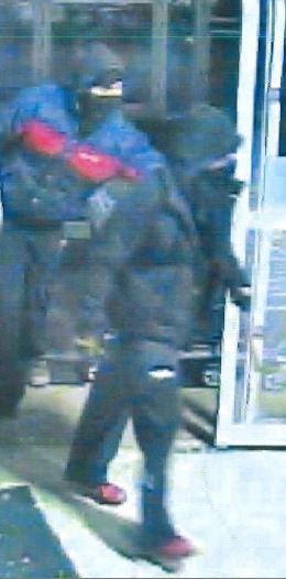 Suspects s'introduisant par effraction dans l'épicerie Sobeys de la rue Main, à Sussex, le 26 décembre 2014, un peu avant 4 h 30.